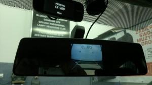 Lusterko z ekranem, wyświetlającym obraz z kamery cofania.